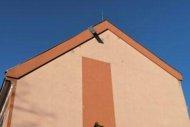 uvolněný plech na střeše, Košťany - Školní
